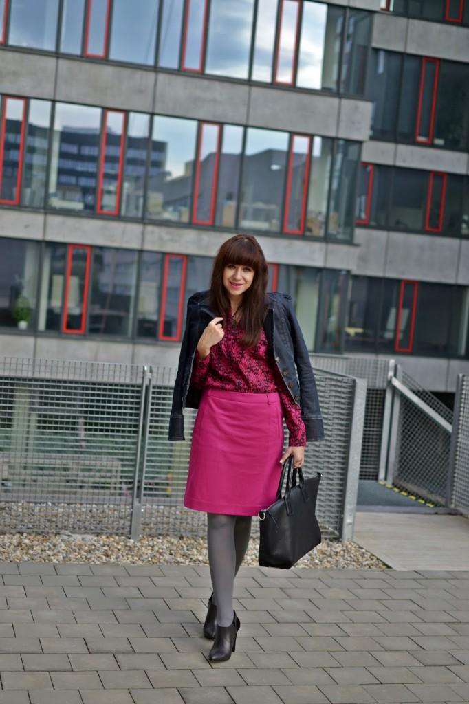 5 vecí, ktoré si neobliecť do zamestnania_Katharine-fashion is beautiful_Ružová pencil sukňa_Denim sako_Sivé pančuchy_Katarína Jakubčová_Fashion blogger