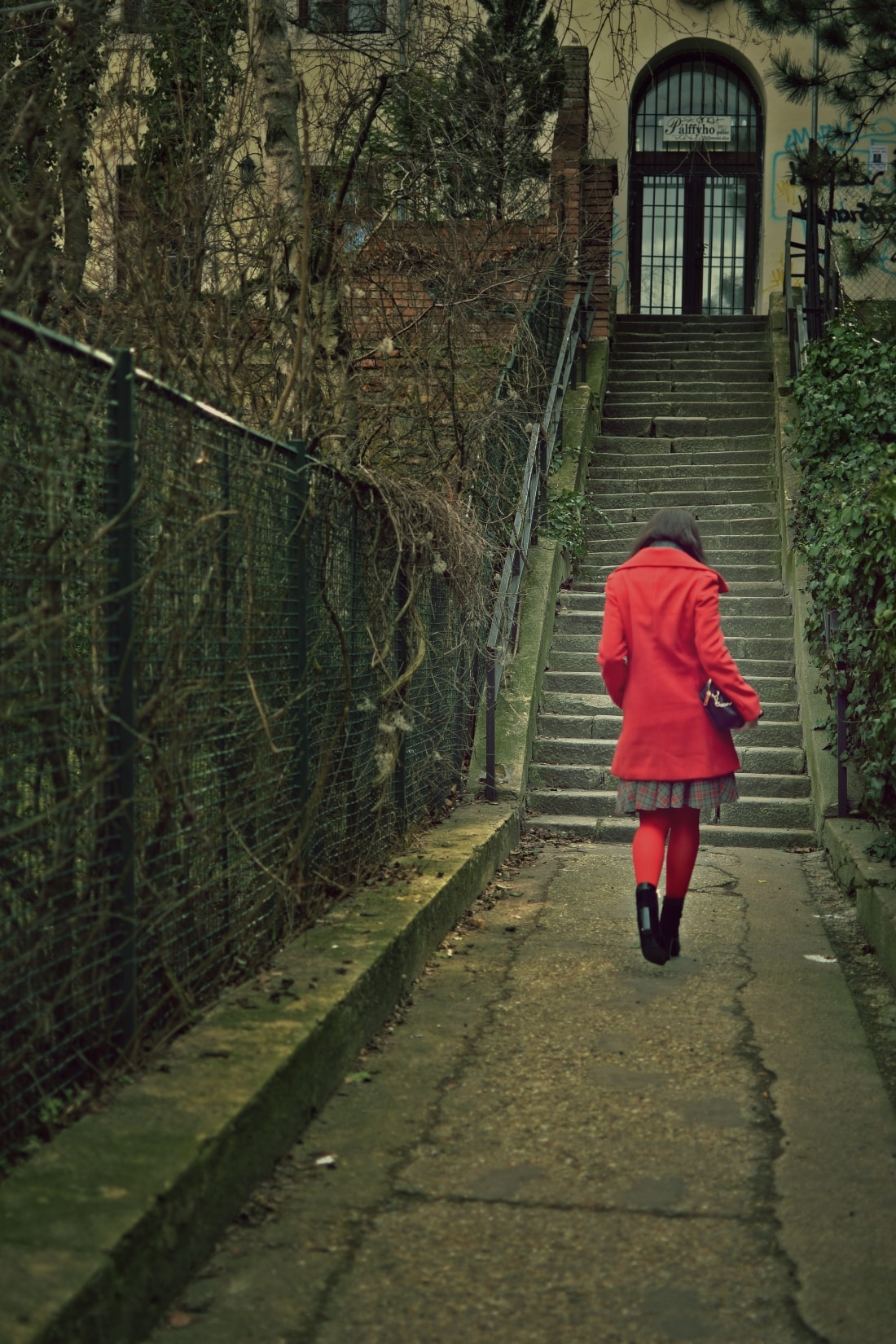 Červená_Katharine-fashion is beautiful_blog 1_Červené pančuchy_Červený kabát_Károvaná sukňa_Katarína Jakubčová_Fashion blogger_Outfit