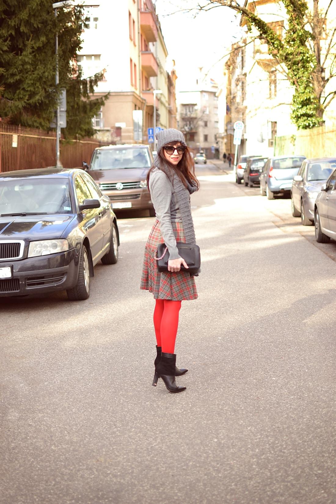 Červená_Katharine-fashion is beautiful_blog 10_Červené pančuchy_Červený kabát_Károvaná sukňa_Katarína Jakubčová_Fashion blogger_Outfit