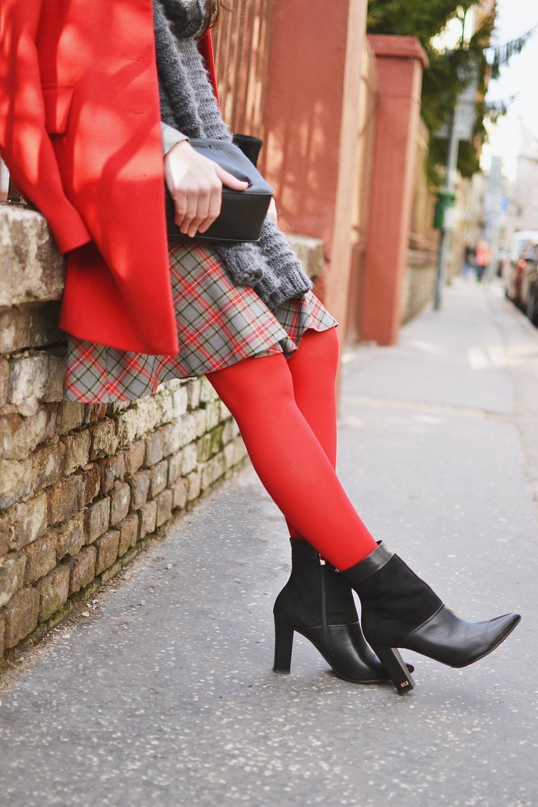Červená_Katharine-fashion is beautiful_blog 11_Červené pančuchy_Červený kabát_Károvaná sukňa_Katarína Jakubčová_Fashion blogger_Outfit