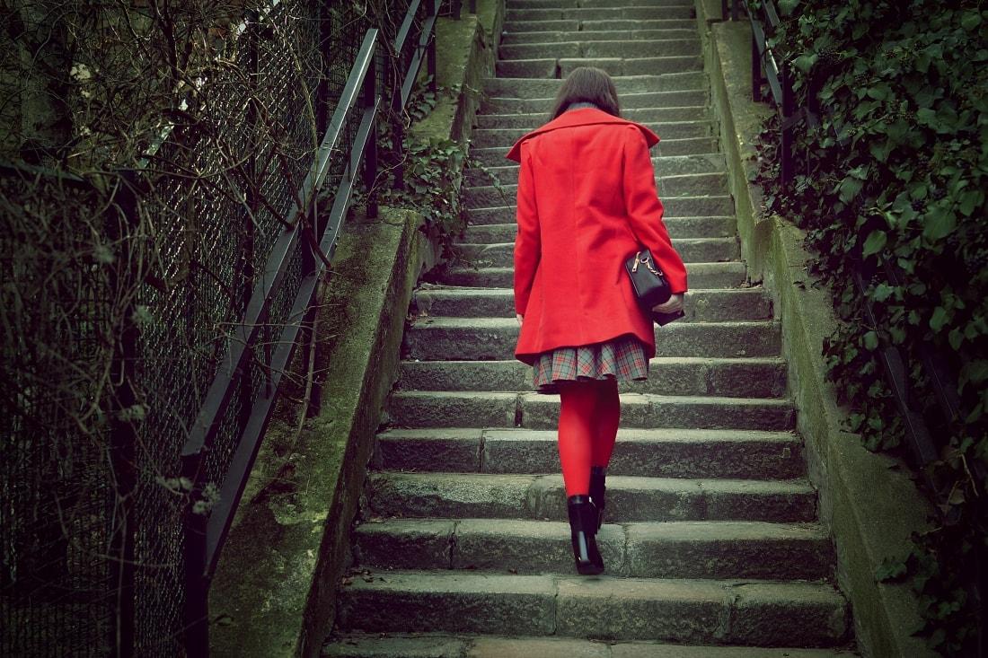 Červená_Katharine-fashion is beautiful_blog 3_Červené pančuchy_Červený kabát_Károvaná sukňa_Katarína Jakubčová_Fashion blogger_Outfit