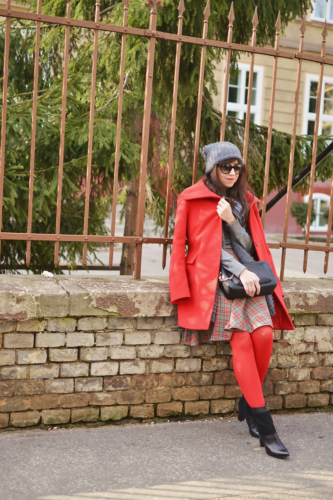 Červená_Katharine-fashion is beautiful_blog 7_Červené pančuchy_Červený kabát_Károvaná sukňa_Katarína Jakubčová_Fashion blogger_Outfit