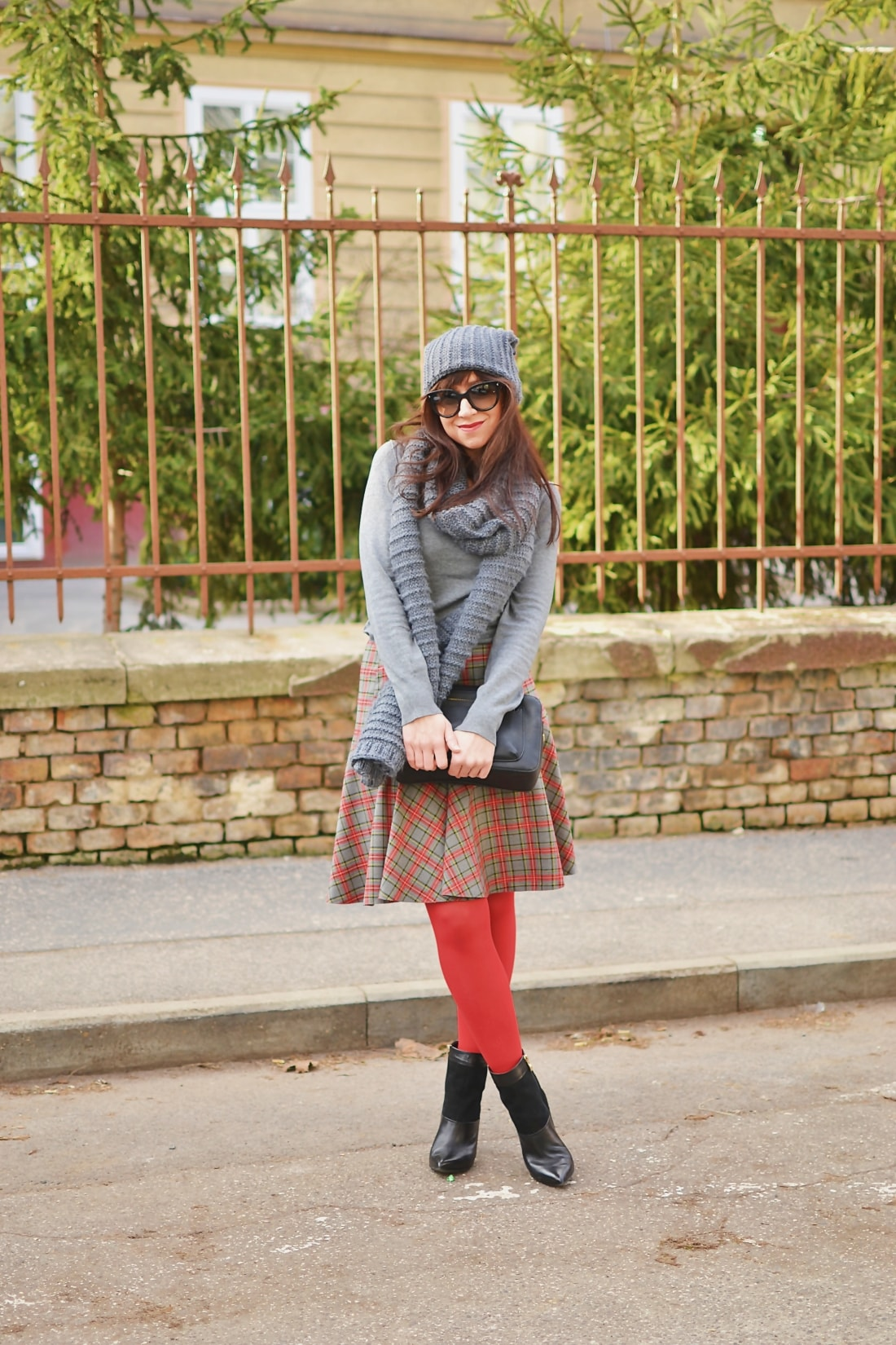 Červená_Katharine-fashion is beautiful_blog 8_Červené pančuchy_Červený kabát_Károvaná sukňa_Katarína Jakubčová_Fashion blogger_Outfit