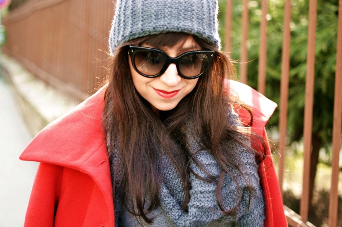 Červená_Katharine-fashion is beautiful_blog 4_Červené pančuchy_Červený kabát_Károvaná sukňa_Katarína Jakubčová_Fashion blogger_Outfit