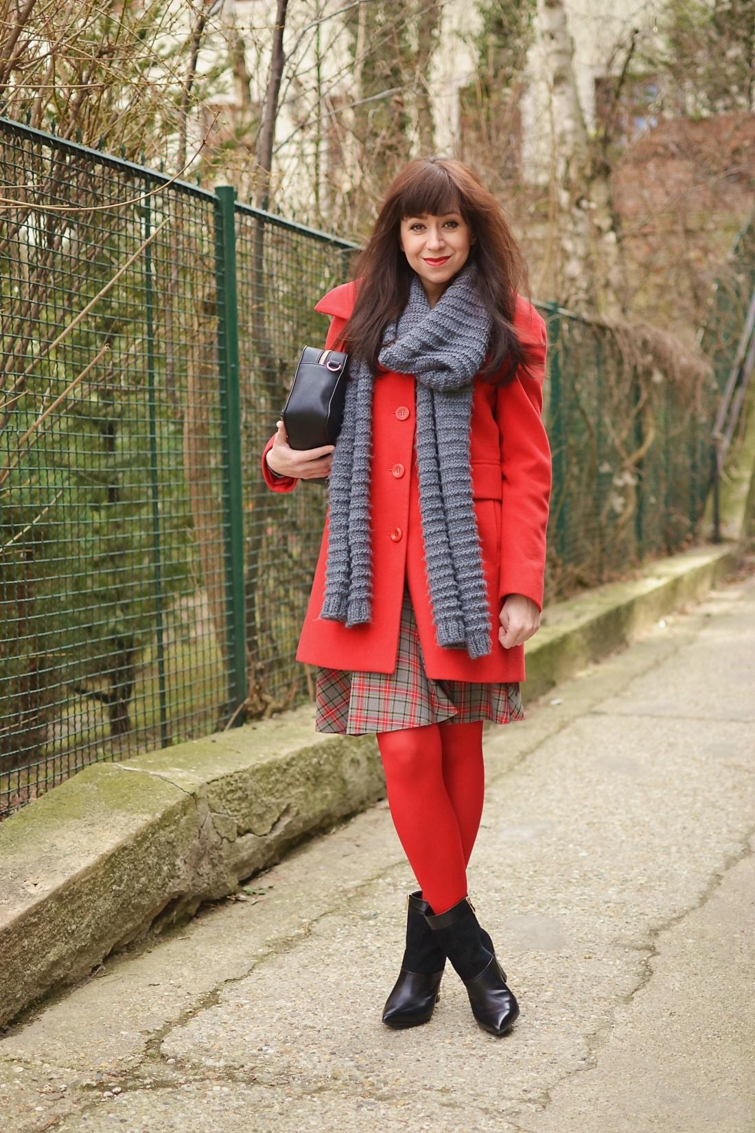 Červená_Katharine-fashion is beautiful_blog 6_Červené pančuchy_Červený kabát_Károvaná sukňa_Katarína Jakubčová_Fashion blogger_Outfit