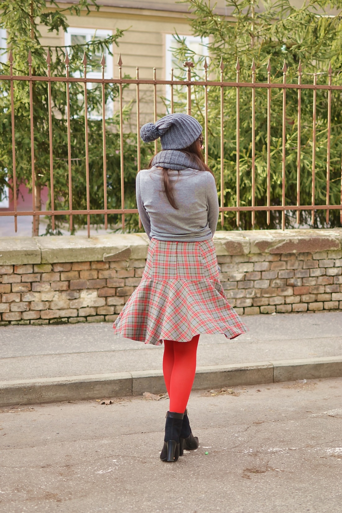 Červená_Katharine-fashion is beautiful_blog 9_Červené pančuchy_Červený kabát_Károvaná sukňa_Katarína Jakubčová_Fashion blogger_Outfit
