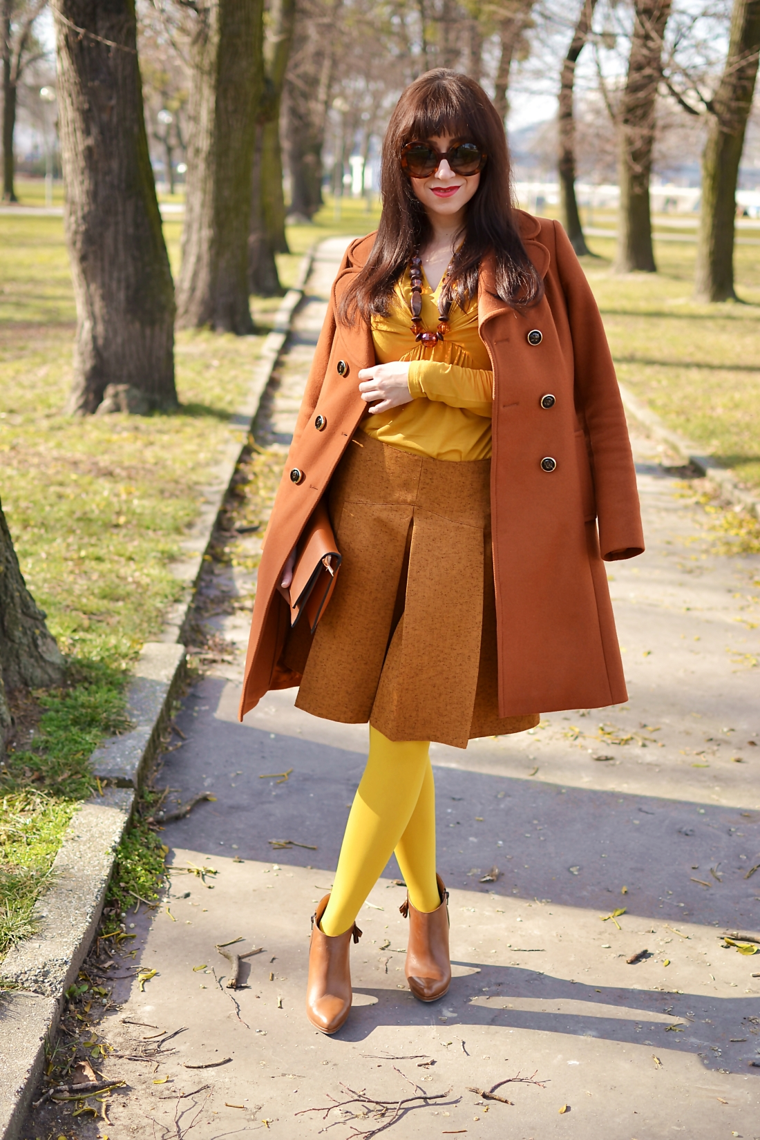 Založené 2014_Katharine-fashion is beautiful_blog 1_Dunajský pivovar_Žlté pančuchy_Hnedý kabát_Koňaková skladaná sukňa_Katarína Jakubčová_Fashion blogger_Outfit