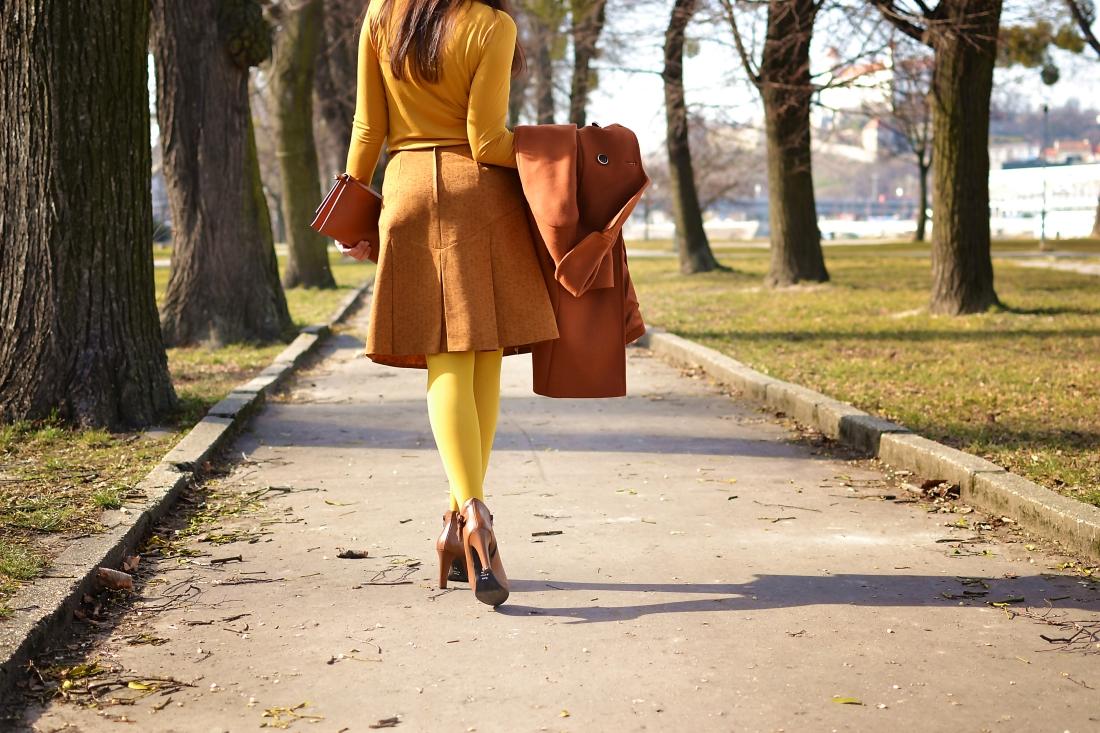 Založené 2014_Katharine-fashion is beautiful_blog 10_Dunajský pivovar_Žlté pančuchy_Hnedý kabát_Koňaková skladaná sukňa_Katarína Jakubčová_Fashion blogger_Outfit