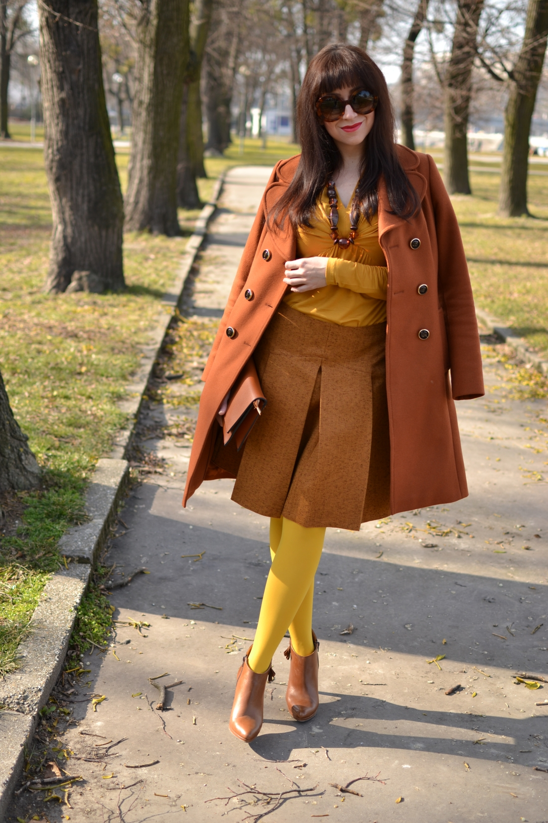 Založené 2014_Katharine-fashion is beautiful_blog 11_Dunajský pivovar_Žlté pančuchy_Hnedý kabát_Koňaková skladaná sukňa_Katarína Jakubčová_Fashion blogger_Outfit