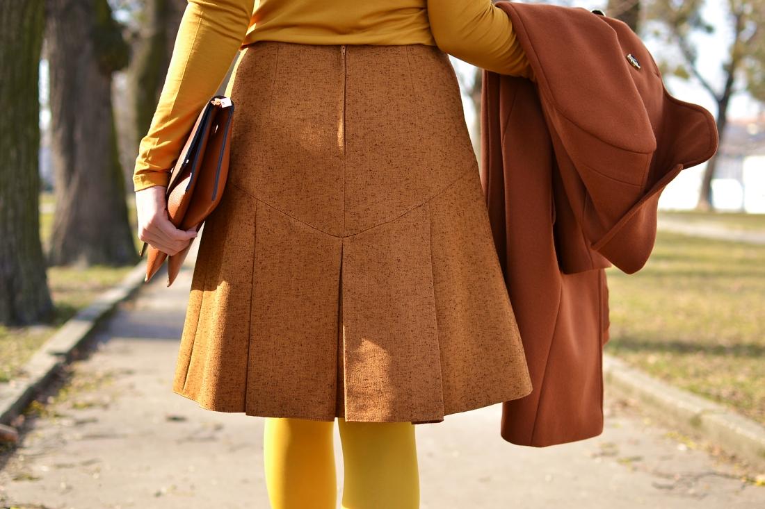 Založené 2014_Katharine-fashion is beautiful_blog 13_Dunajský pivovar_Žlté pančuchy_Hnedý kabát_Koňaková skladaná sukňa_Katarína Jakubčová_Fashion blogger_Outfit