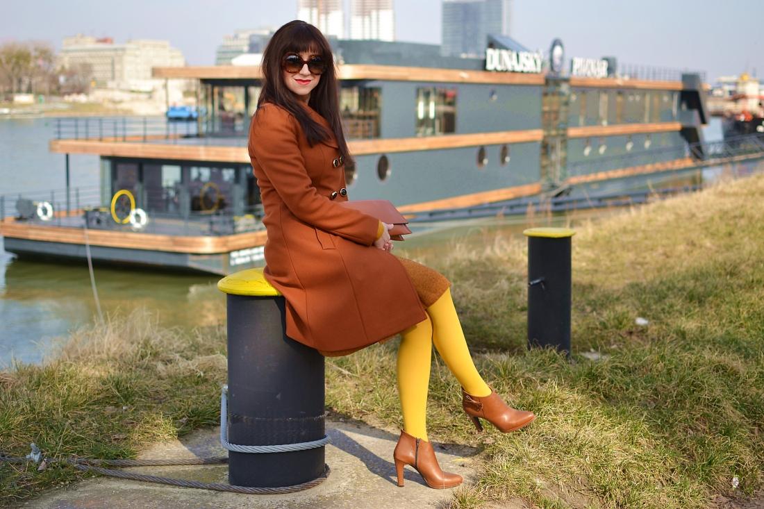 Založené 2014_Katharine-fashion is beautiful_blog 14_Dunajský pivovar_Žlté pančuchy_Hnedý kabát_Koňaková skladaná sukňa_Katarína Jakubčová_Fashion blogger_Outfit