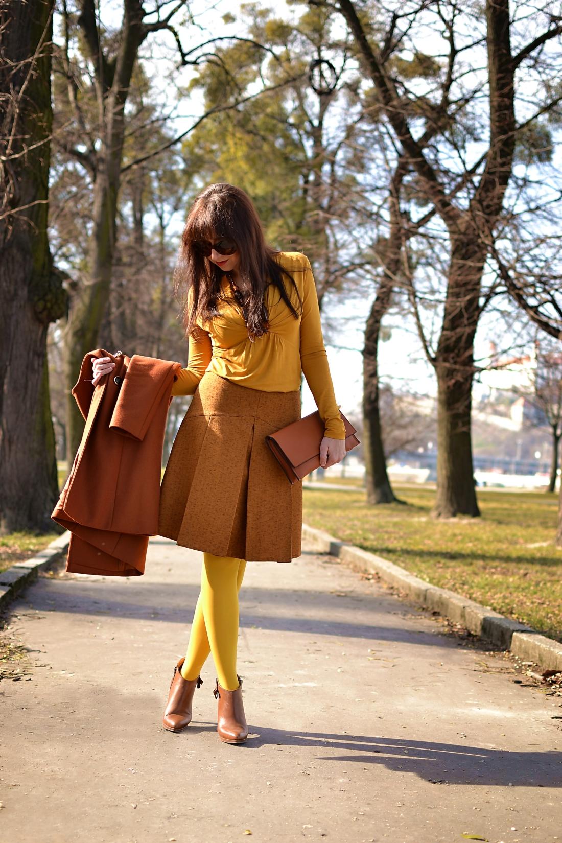 Založené 2014_Katharine-fashion is beautiful_blog 12_Dunajský pivovar_Žlté pančuchy_Hnedý kabát_Koňaková skladaná sukňa_Katarína Jakubčová_Fashion blogger_Outfit