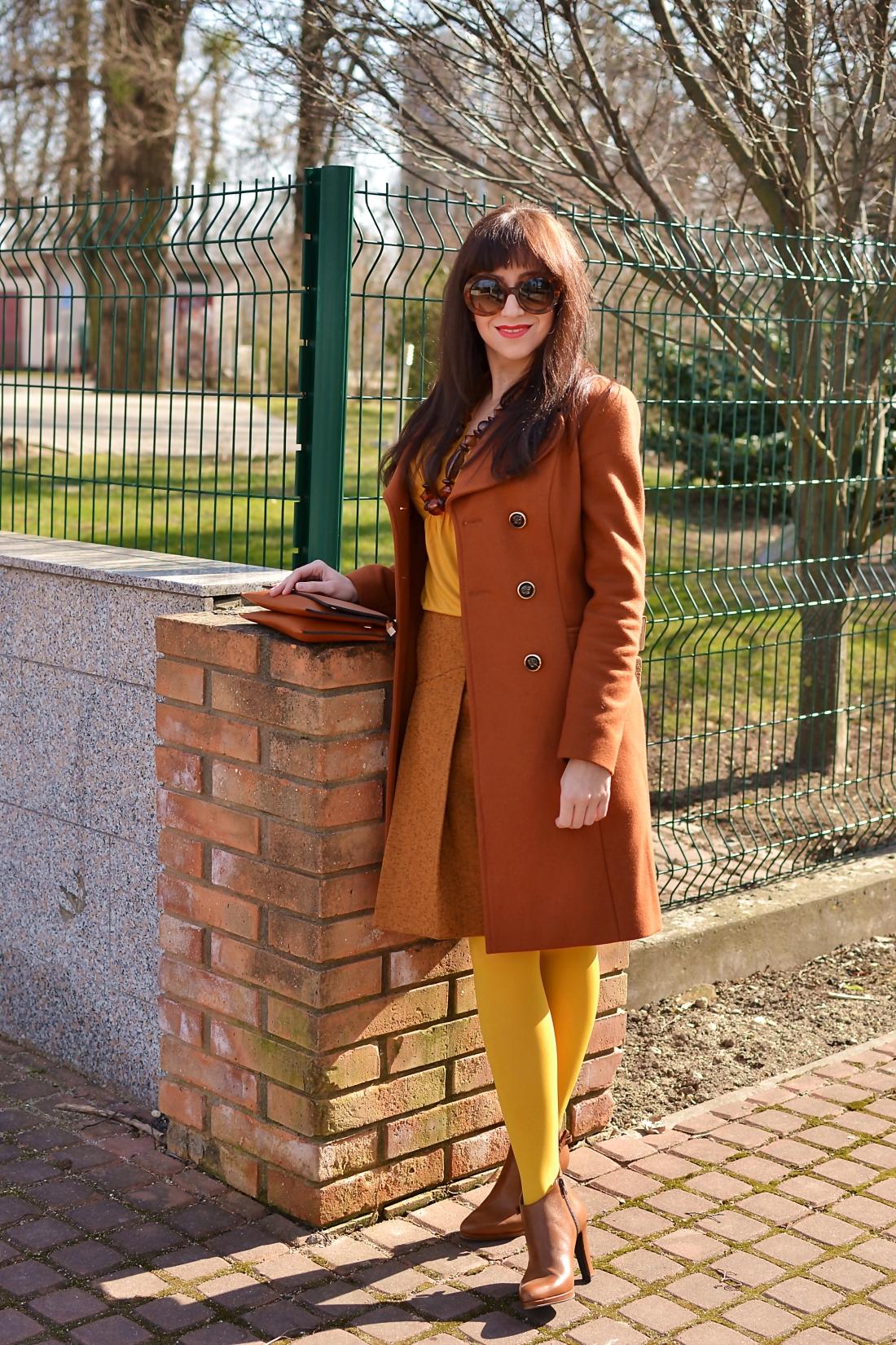 Založené 2014_Katharine-fashion is beautiful_blog 2_Dunajský pivovar_Žlté pančuchy_Hnedý kabát_Koňaková skladaná sukňa_Katarína Jakubčová_Fashion blogger_Outfit