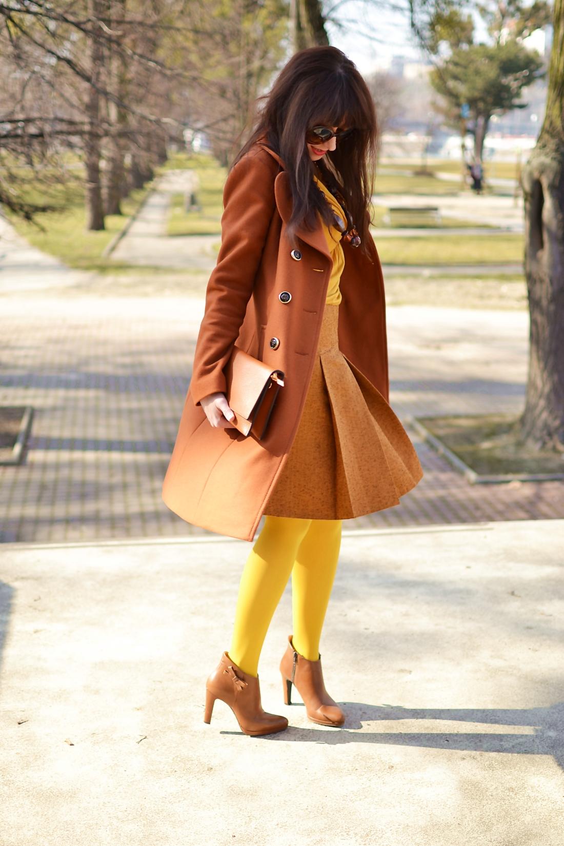 Založené 2014_Katharine-fashion is beautiful_blog 5_Dunajský pivovar_Žlté pančuchy_Hnedý kabát_Koňaková skladaná sukňa_Katarína Jakubčová_Fashion blogger_Outfit