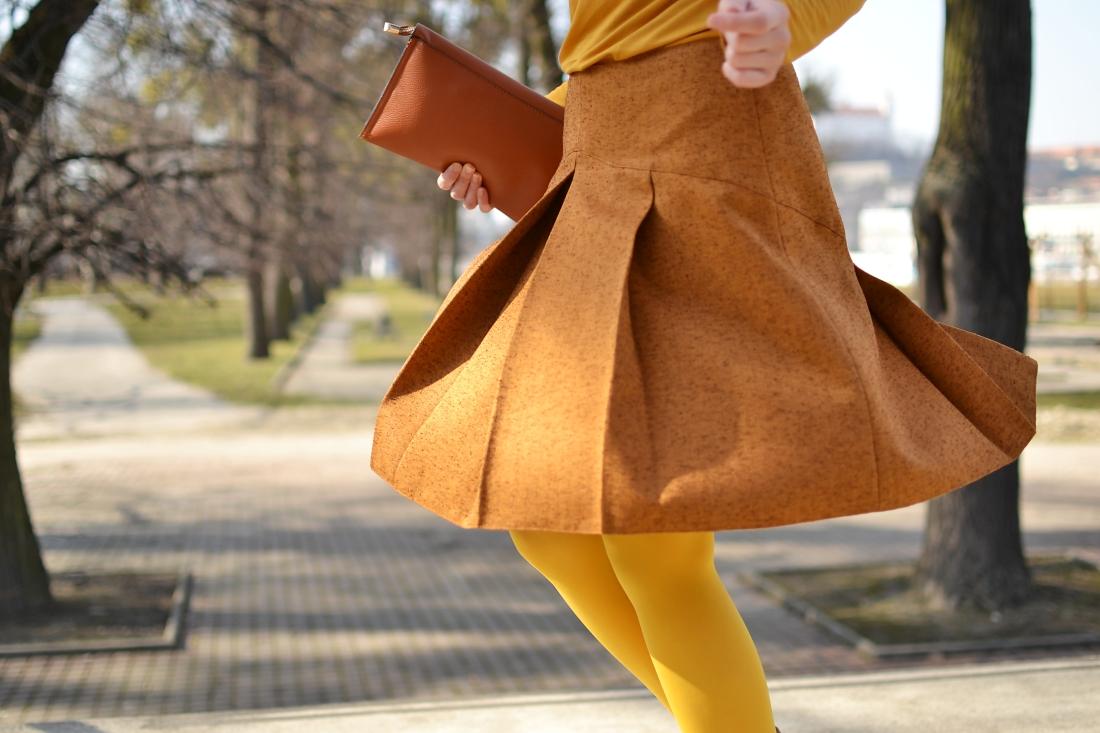 Založené 2014_Katharine-fashion is beautiful_blog 6_Dunajský pivovar_Žlté pančuchy_Hnedý kabát_Koňaková skladaná sukňa_Katarína Jakubčová_Fashion blogger_Outfit