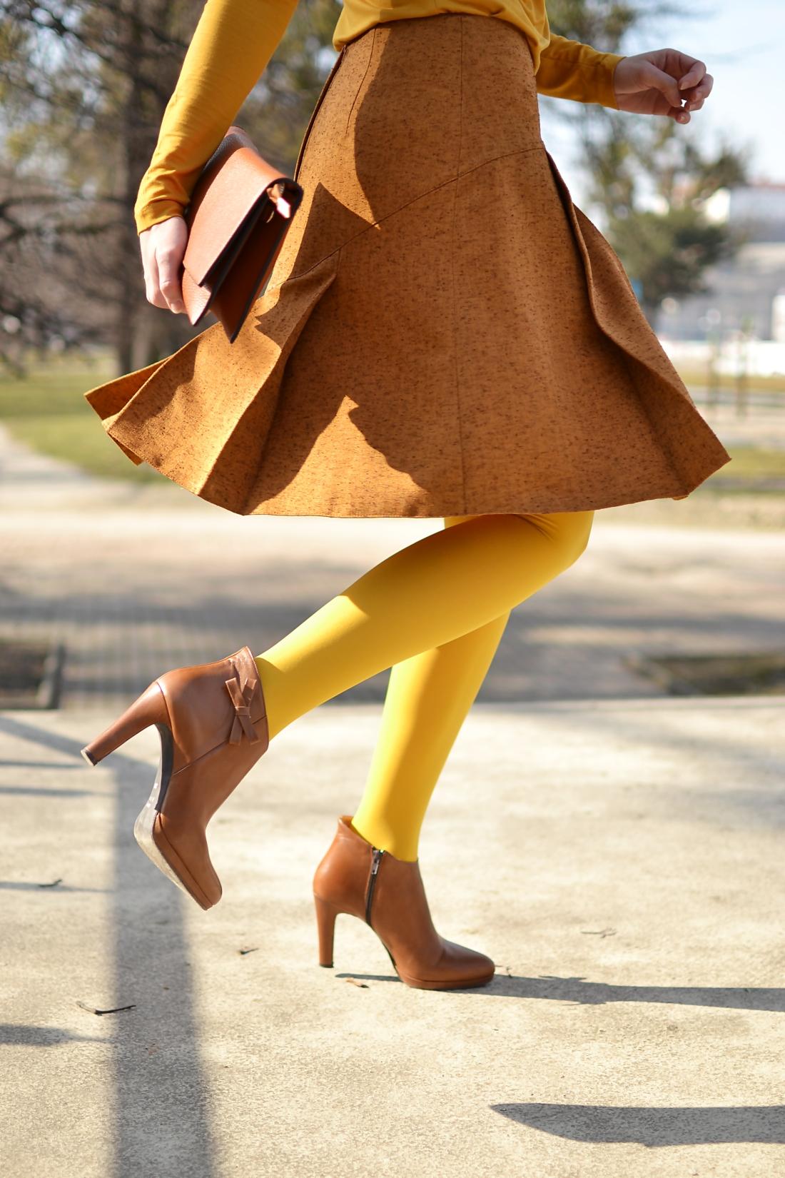 Založené 2014_Katharine-fashion is beautiful_blog 7_Dunajský pivovar_Žlté pančuchy_Hnedý kabát_Koňaková skladaná sukňa_Katarína Jakubčová_Fashion blogger_Outfit