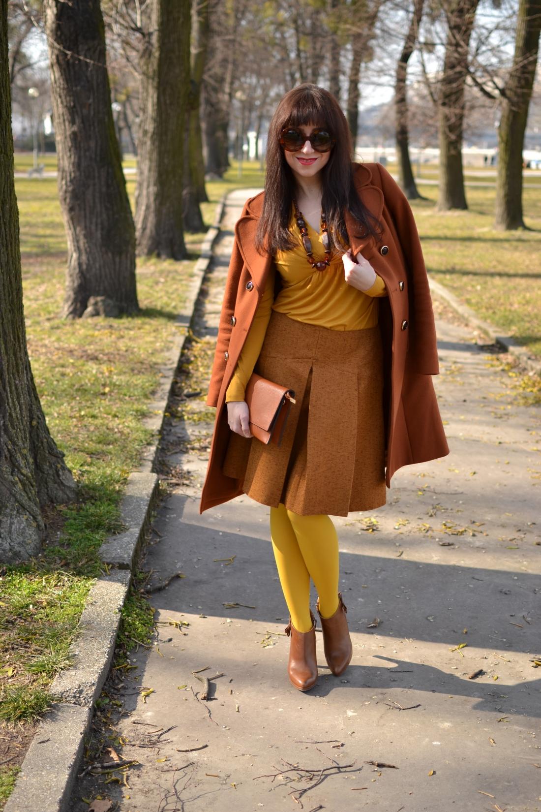 Založené 2014_Katharine-fashion is beautiful_blog 9_Dunajský pivovar_Žlté pančuchy_Hnedý kabát_Koňaková skladaná sukňa_Katarína Jakubčová_Fashion blogger_Outfit