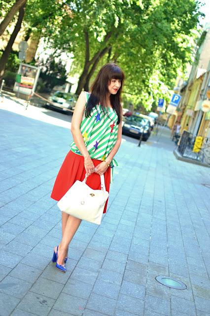 UPRAVTE SA!_Katharine-fashion is beautiful_Červená sukňa_Pruhovaný top_Modré sandále_Biela kabelka_Katarína Jakubčová_Fashion blogger