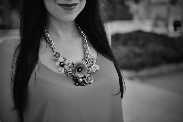 B&W FOTOGRAFIE SO ZONEROM_Katharine-fashion is beautiful_Zoner_3/4 nohavice_Masívny náhrdelník_Zlaté lodičky_Katarína Jakubčová_Fashion blogger