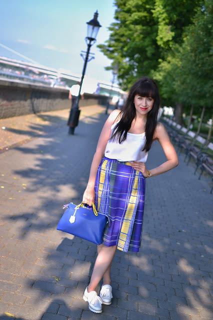 KEDYKOĽVEK CHCEM_Katharine-fashion is beautiful_Katarína Jakubčová_Fashion blogger_Károvaná sukňa_Biele mokasíny
