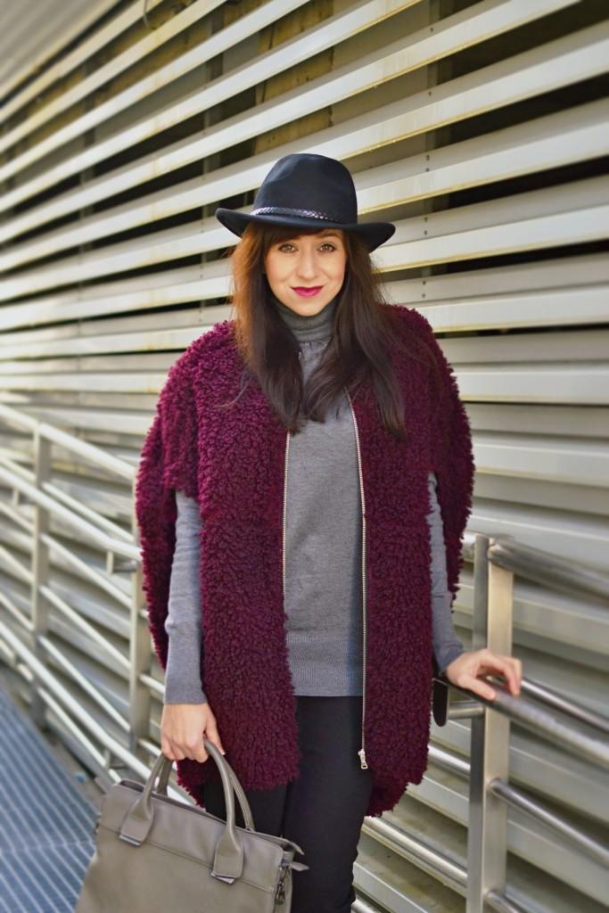 OŠIAĽ V TEXTILNOM RAJI_Katharine-fashion is beautiful_Bordová vesta_Bordové čižmy_Klobúk_Katarína Jakubčová_Fashion blogger