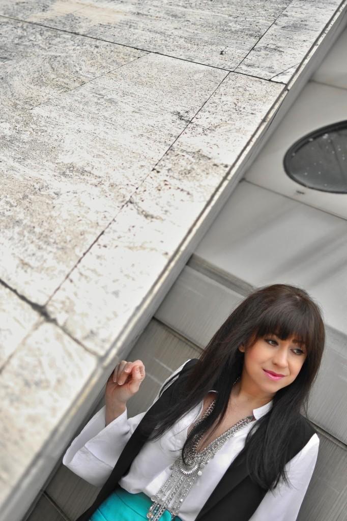 Biela blúzka so zvonovými rukávmi_Katharine-fashion is beautiful_Biela blúzka_Čierna vesta_Katarína Jakubčová_Fashion blogger