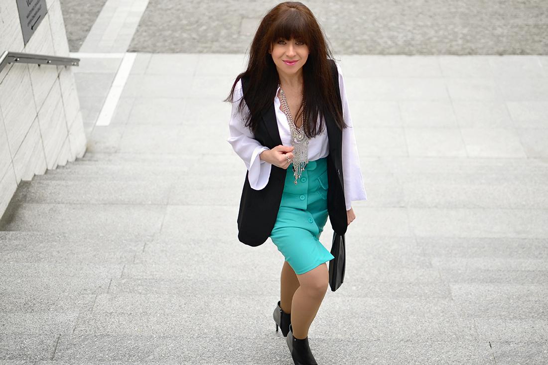 Biela blúzka so zvonovými rukávmi_Katharine-fashion is beautiful_blog 1_Biela blúzka_Čierna vesta_Katarína Jakubčová_Fashion blogger