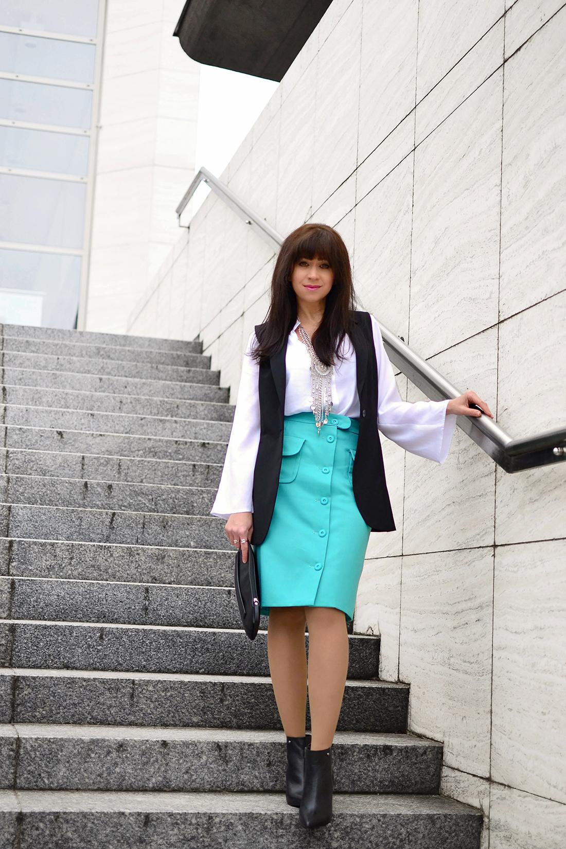 Biela blúzka so zvonovými rukávmi_Katharine-fashion is beautiful_blog 3_Biela blúzka_Čierna vesta_Katarína Jakubčová_Fashion blogger