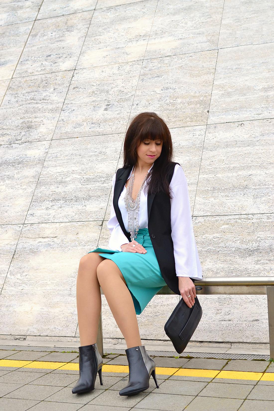 Biela blúzka so zvonovými rukávmi_Katharine-fashion is beautiful_blog 5_Biela blúzka_Čierna vesta_Katarína Jakubčová_Fashion blogger