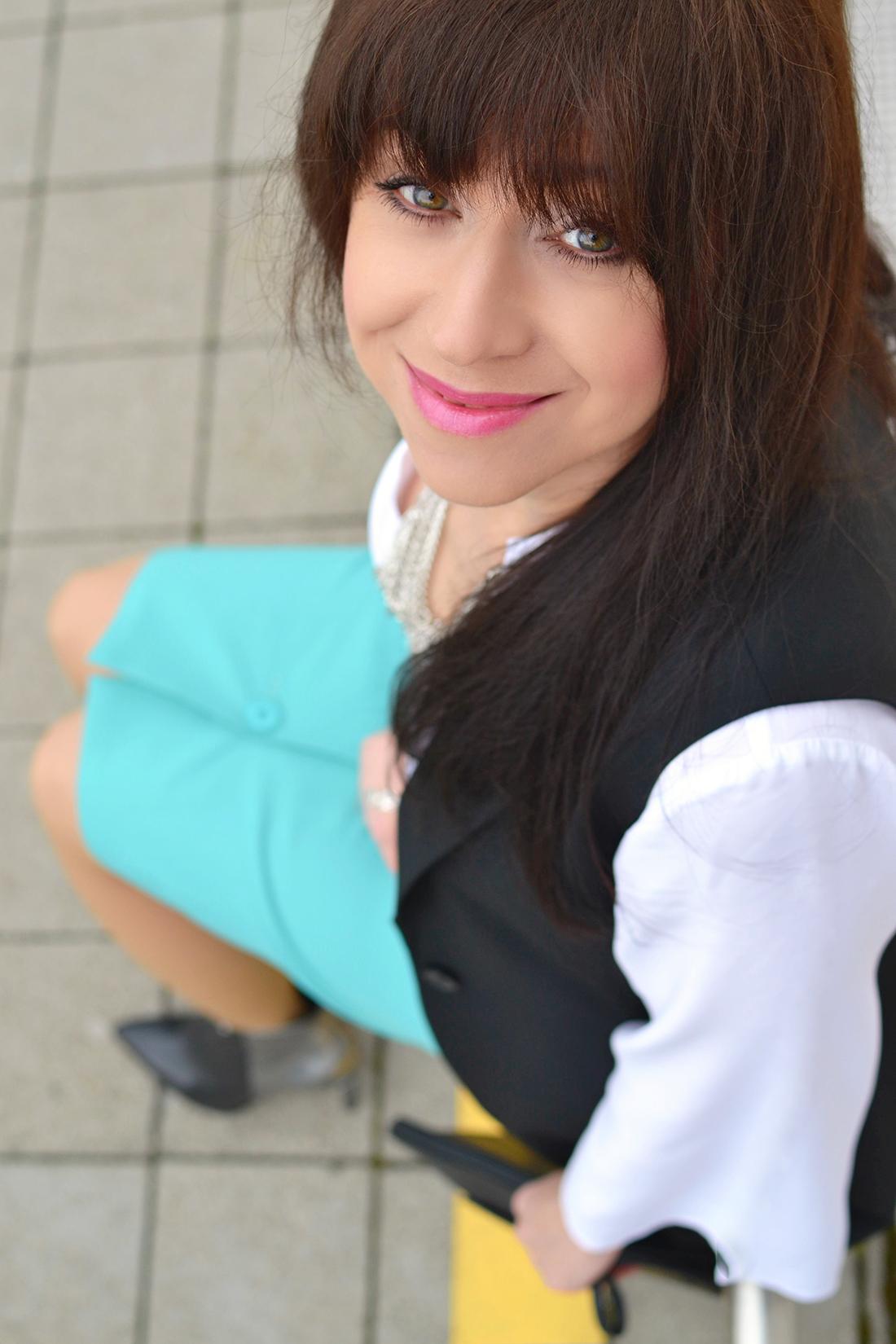 Biela blúzka so zvonovými rukávmi_Katharine-fashion is beautiful_blog 6_Biela blúzka_Čierna vesta_Katarína Jakubčová_Fashion blogger