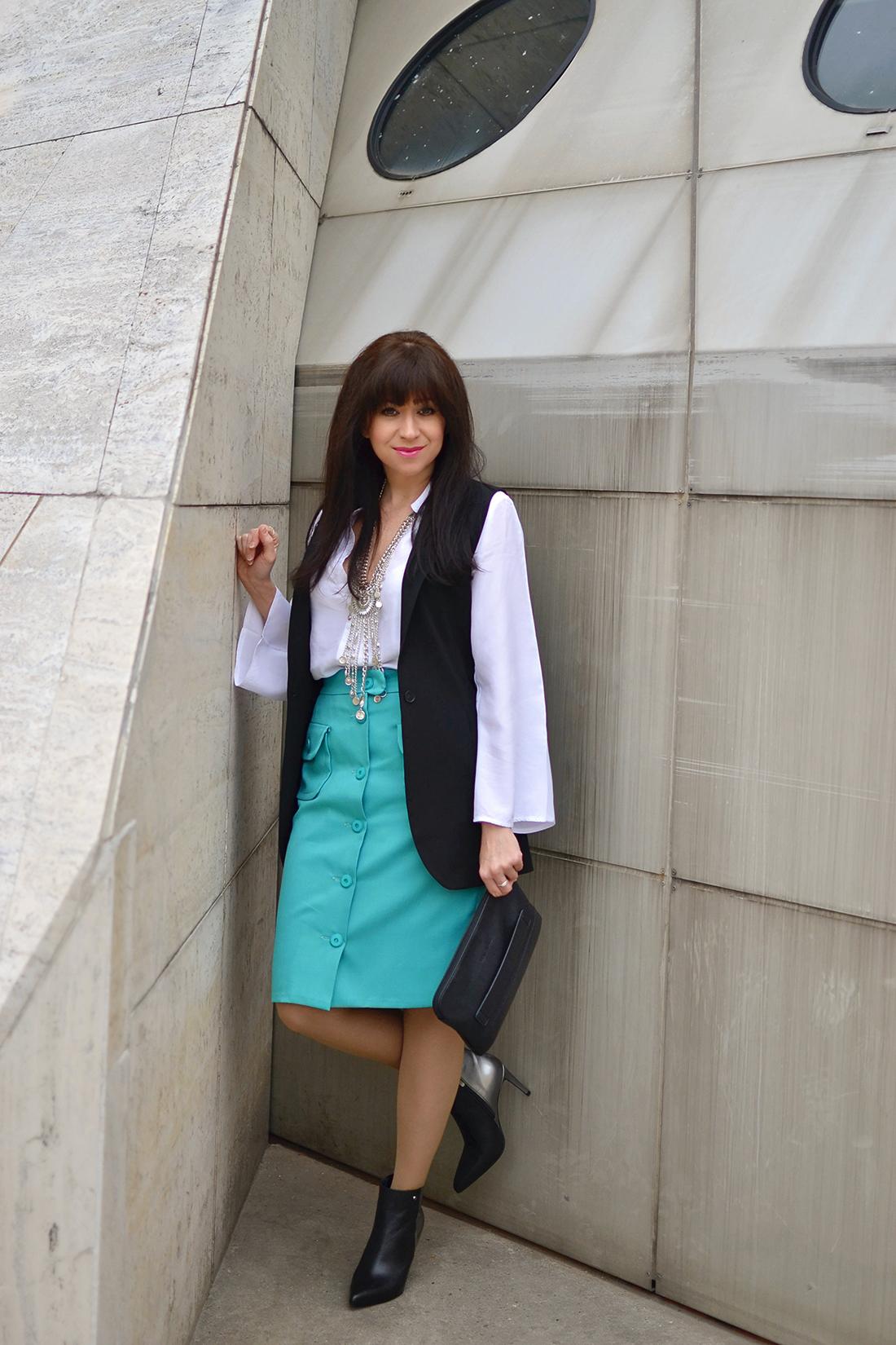 Biela blúzka so zvonovými rukávmi_Katharine-fashion is beautiful_blog 7_Biela blúzka_Čierna vesta_Katarína Jakubčová_Fashion blogger