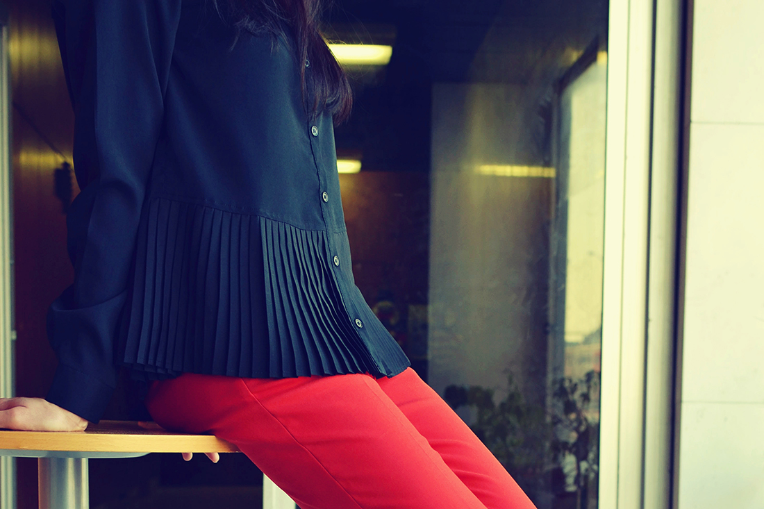 Plisovaná blúzka od Bonprixu_Katharine-fashion is beautiful_blog 4_Plisovaná blúzka_Červené nohavice_Katarína Jakubčová_Fashion blogger