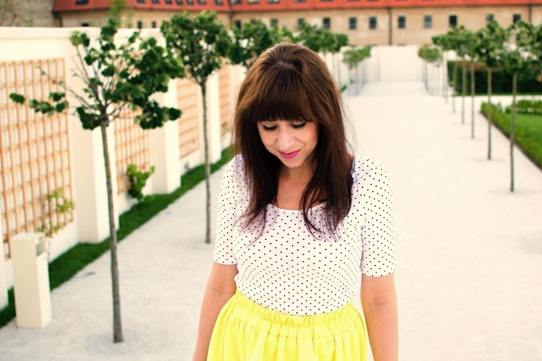 Vždy najlepšie_Katharine-fashion is beautiful blog 9_Dots_Bodky_Vzorované lodičky_Žltá sukňa_Katarína Jakubčová_Fashion blogger