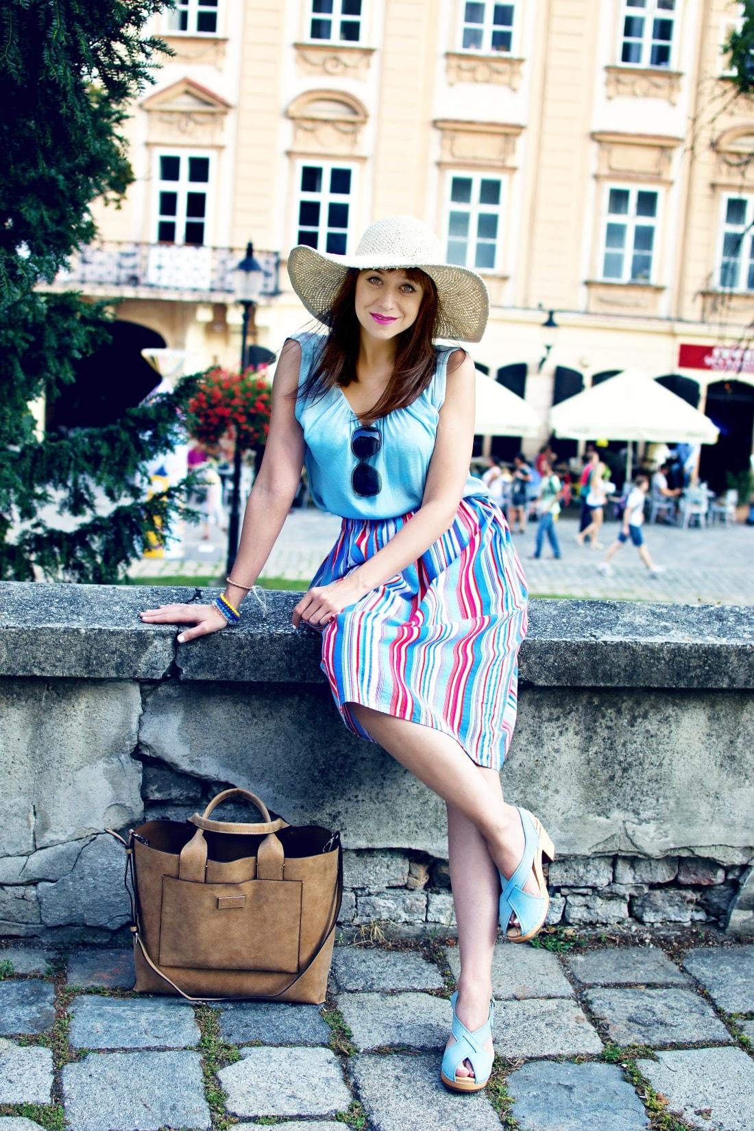 Handmade clogs_Katharine-fashion is beautiful blog 12a_Sandgrens_Modré Dreváky_Prúžkovaná sukňa_Katarína Jakubčová_Fashion blogger