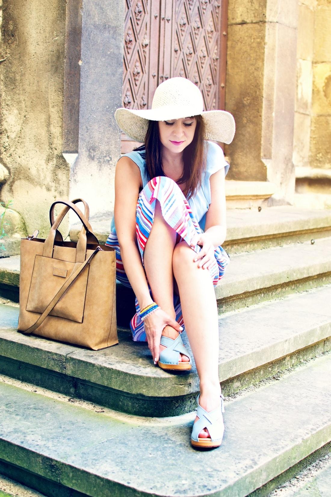 Handmade clogs_Katharine-fashion is beautiful blog 2a_Sandgrens_Modré Dreváky_Prúžkovaná sukňa_Katarína Jakubčová_Fashion blogger