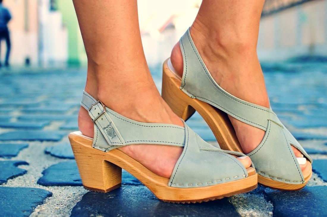 Handmade clogs_Katharine-fashion is beautiful blog 4a_Sandgrens_Modré Dreváky_Prúžkovaná sukňa_Katarína Jakubčová_Fashion blogger