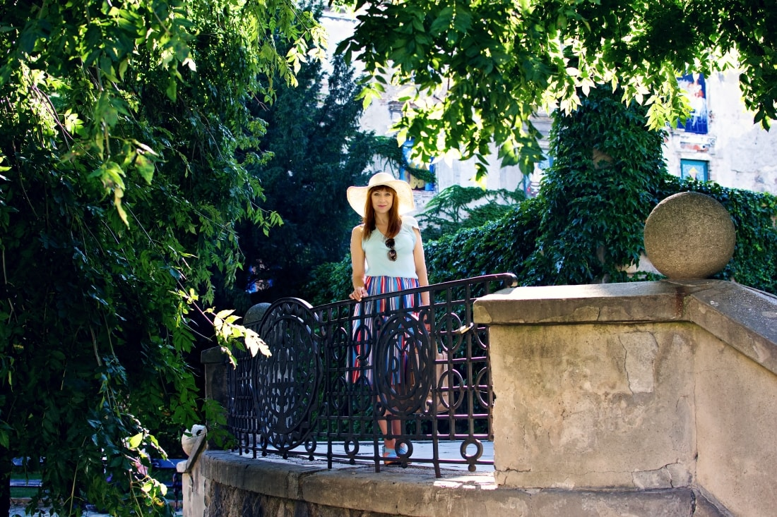 Handmade clogs_Katharine-fashion is beautiful blog 5a_Sandgrens_Modré Dreváky_Prúžkovaná sukňa_Katarína Jakubčová_Fashion blogger