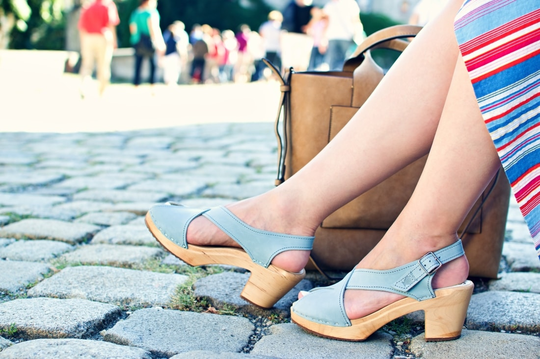 Handmade clogs_Katharine-fashion is beautiful blog 6a_Sandgrens_Modré Dreváky_Prúžkovaná sukňa_Katarína Jakubčová_Fashion blogger