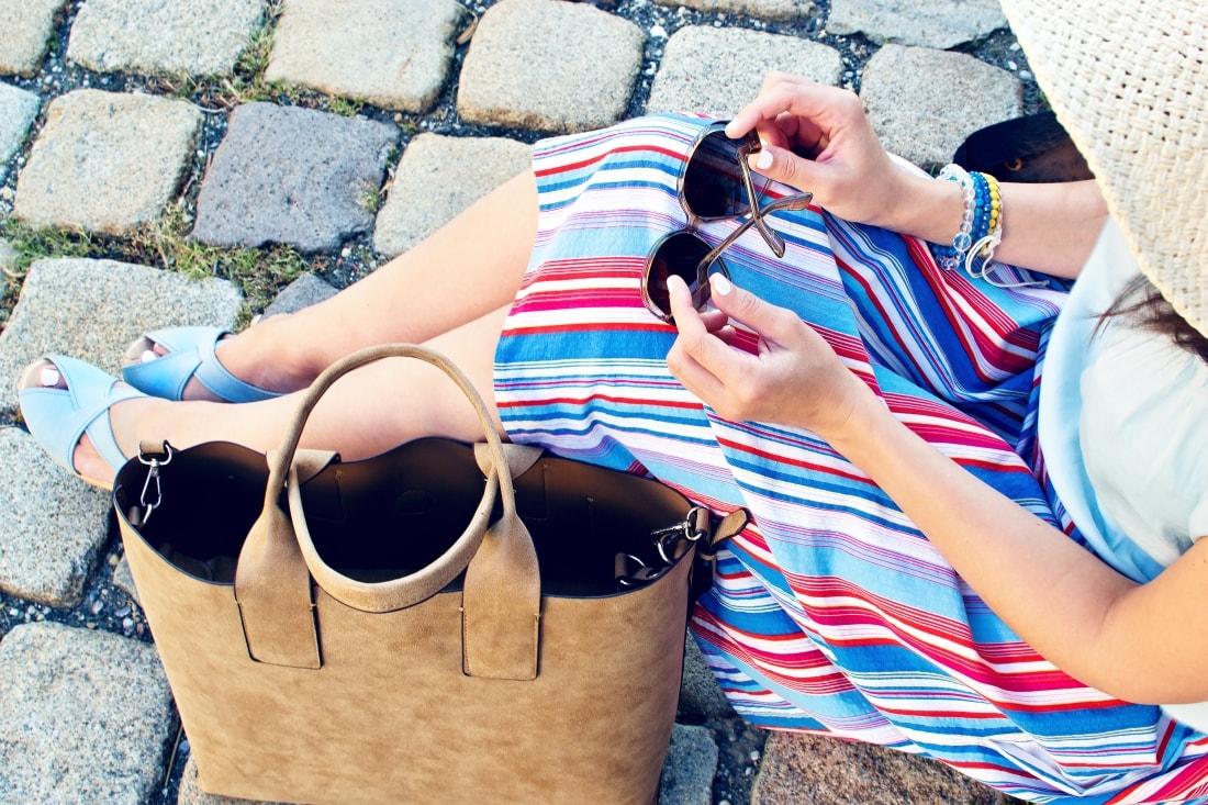 Handmade clogs_Katharine-fashion is beautiful blog 7a_Sandgrens_Modré Dreváky_Prúžkovaná sukňa_Katarína Jakubčová_Fashion blogger