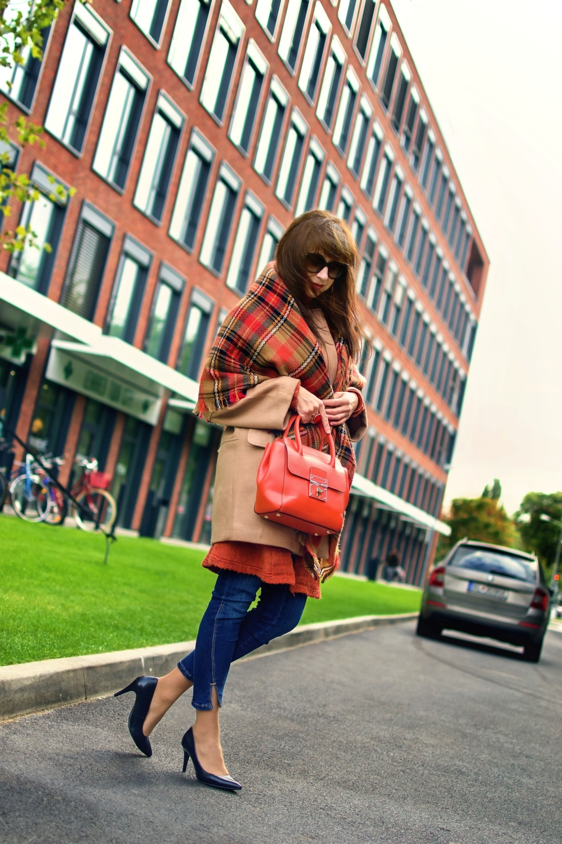 Outfit vecou nálady_Katharine-fashion is beautiful_ blog 1_Tartanový šál_Béžový kabát Mango_Oranžová kabelka Nucelle_Katarína Jakubčová_Fashion blogger