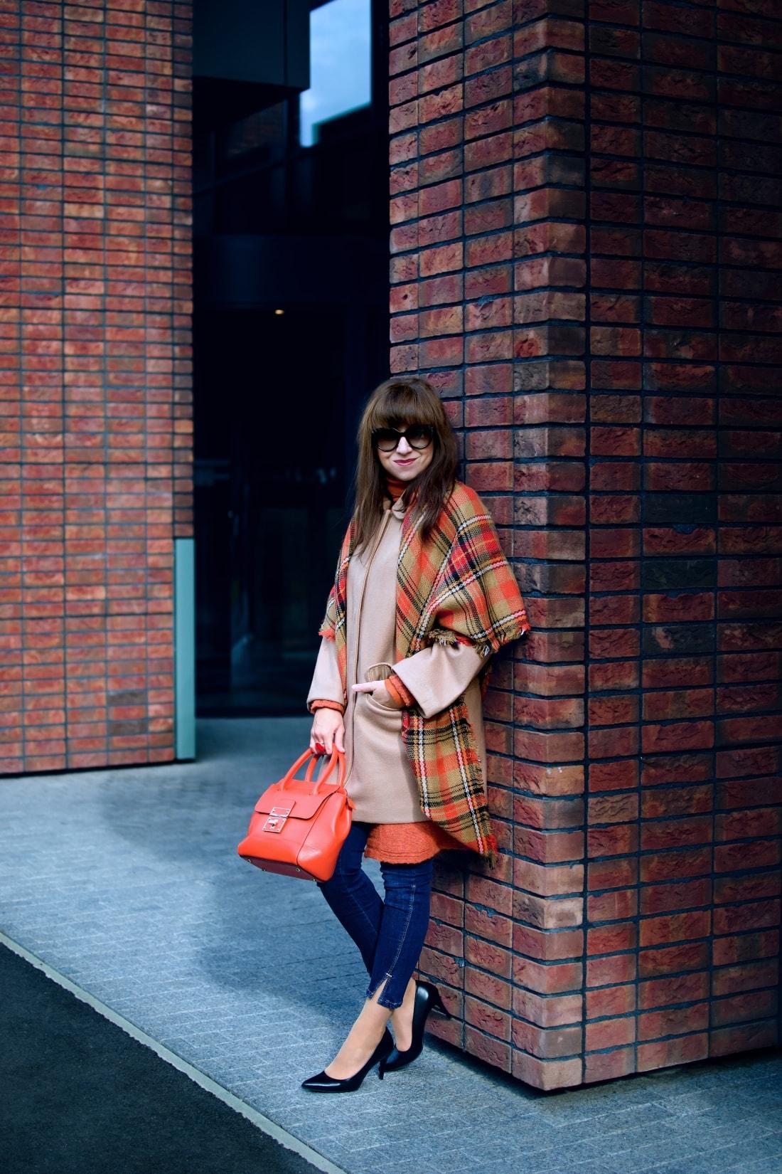 Outfit vecou nálady_Katharine-fashion is beautiful_ blog 2_Tartanový šál_Béžový kabát Mango_Oranžová kabelka Nucelle_Katarína Jakubčová_Fashion blogger