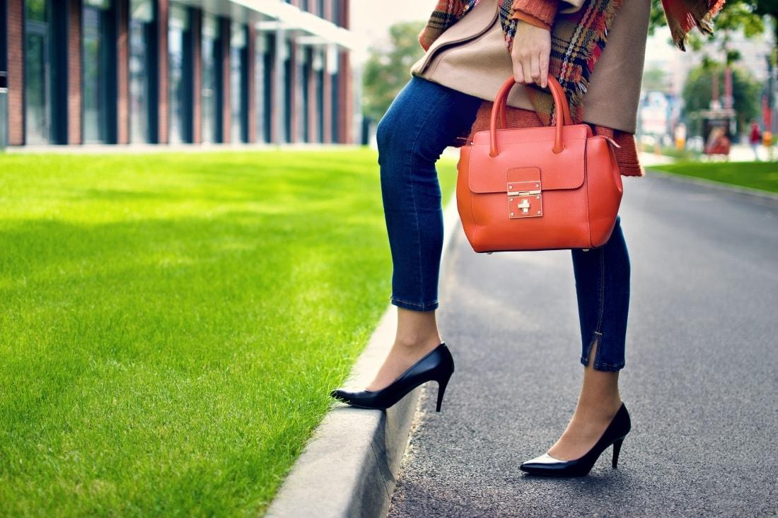 Outfit vecou nálady_Katharine-fashion is beautiful_ blog 3_Tartanový šál_Béžový kabát Mango_Oranžová kabelka Nucelle_Katarína Jakubčová_Fashion blogger