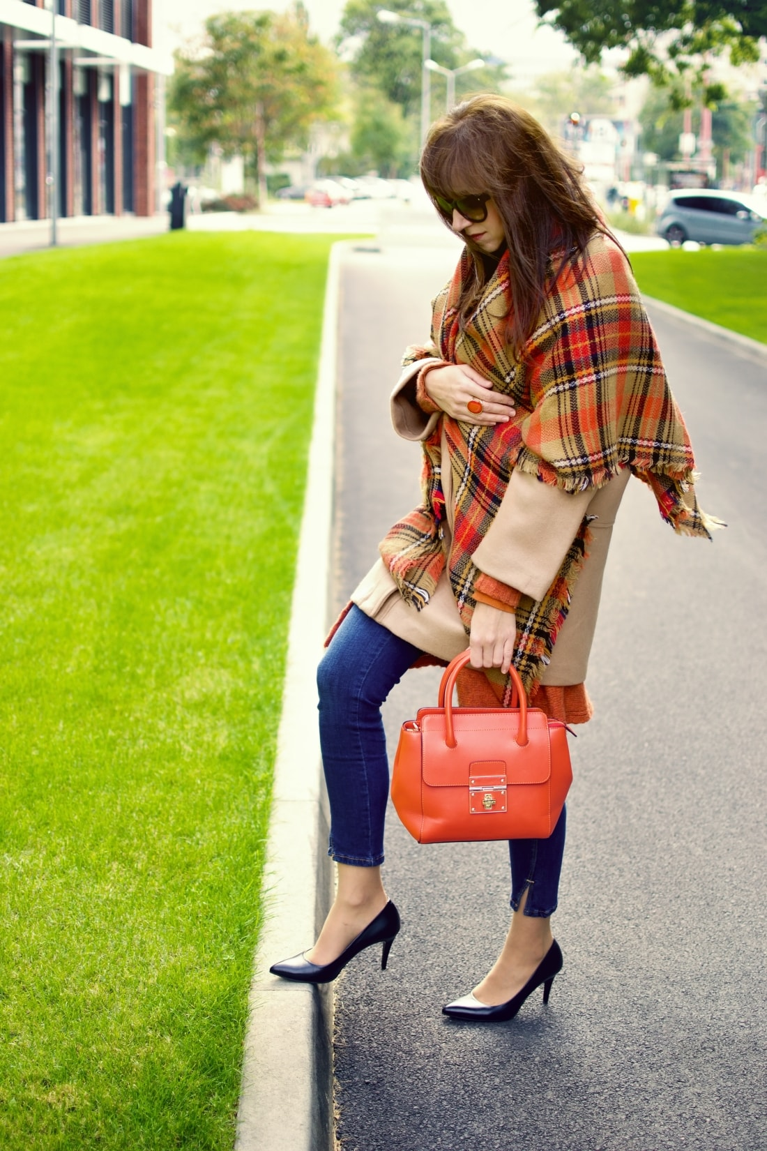 Outfit vecou nálady_Katharine-fashion is beautiful_ blog 4_Tartanový šál_Béžový kabát Mango_Oranžová kabelka Nucelle_Katarína Jakubčová_Fashion blogger
