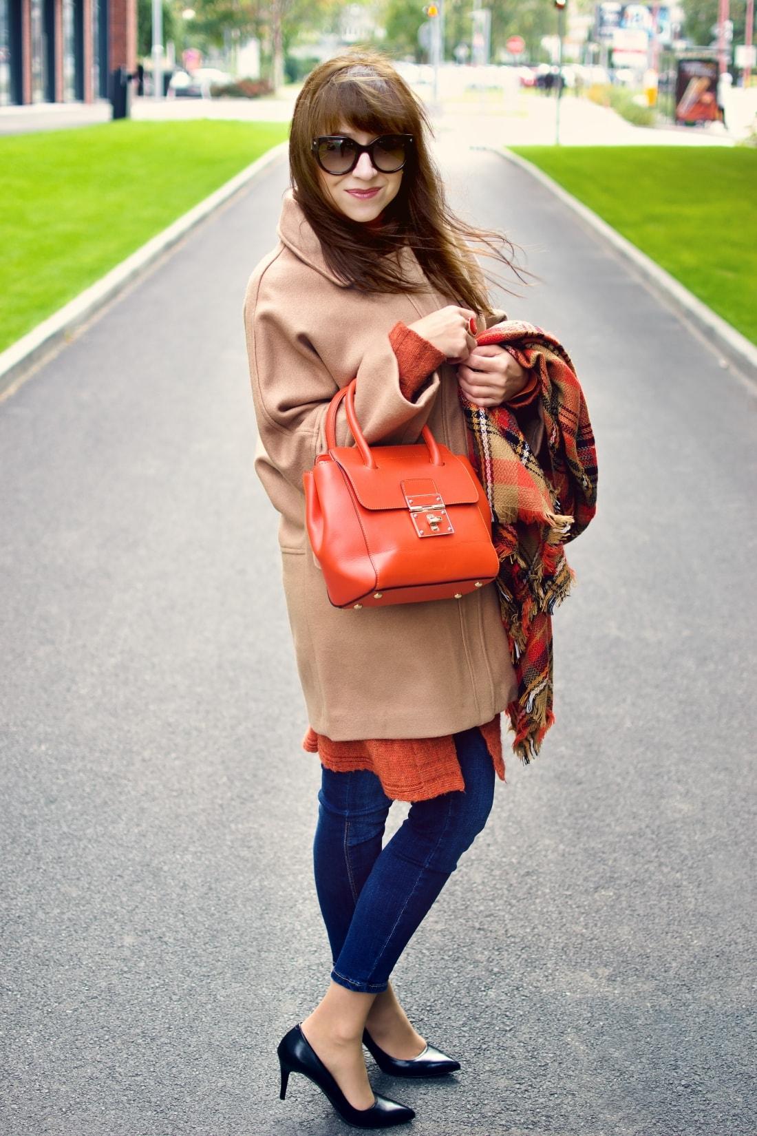 Outfit vecou nálady_Katharine-fashion is beautiful_ blog 5_Tartanový šál_Béžový kabát Mango_Oranžová kabelka Nucelle_Katarína Jakubčová_Fashion blogger