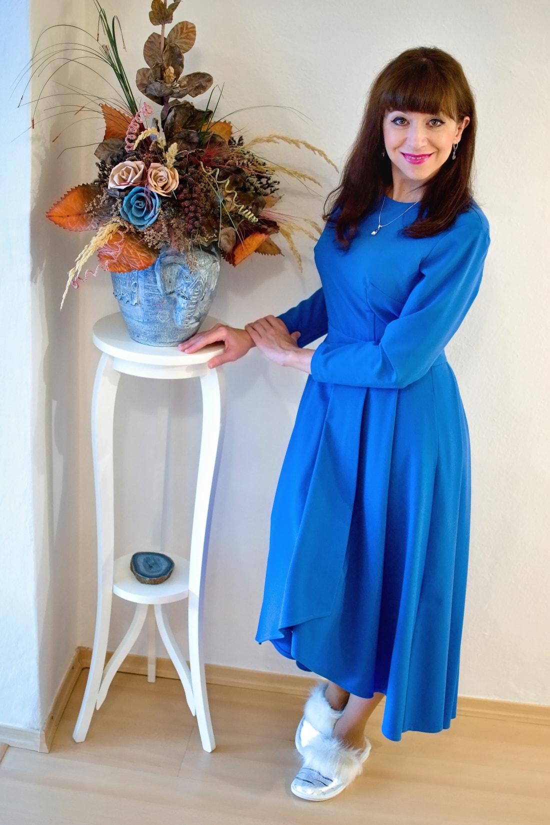 Cap-a-pie_Katharine-fashion is beautiful_blog 3_Modré šaty Fashion Guide_Šperky od Klenoty Hematit_Papuče_Katarína Jakubčová