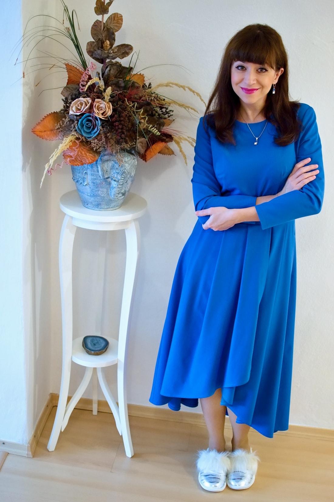 Cap-a-pie_Katharine-fashion is beautiful_blog 4_Modré šaty Fashion Guide_Šperky od Klenoty Hematit_Papuče_Katarína Jakubčová
