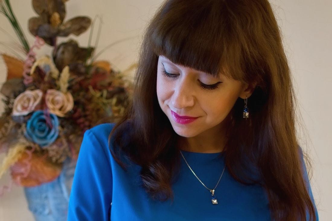 Cap-a-pie_Katharine-fashion is beautiful_blog 6_Modré šaty Fashion Guide_Šperky od Klenoty Hematit_Papuče_Katarína Jakubčová