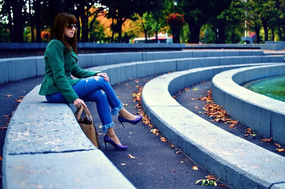 Čaro mesačného svitu_Katharine-fashion is beautiful_blog 5_Zelený kabát_Džínsy Zara_Fialové lodičky_Kabelka Parfois_Fialový rolák_Katarína Jakubčová_Fashion blogger