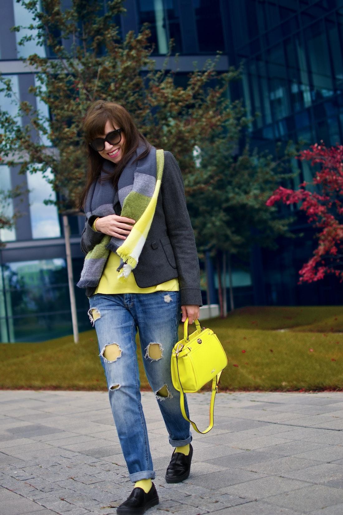 I LOVE COLOURED TIGHTS_Katharine-fashion is beautiful_blog 4_autumn look_Ripped jeans_Žltý sveter Zara_Žltá kabelka Nucelle_Čierne slipony Eobuv_Katarína Jakubčová_Fashion blogger