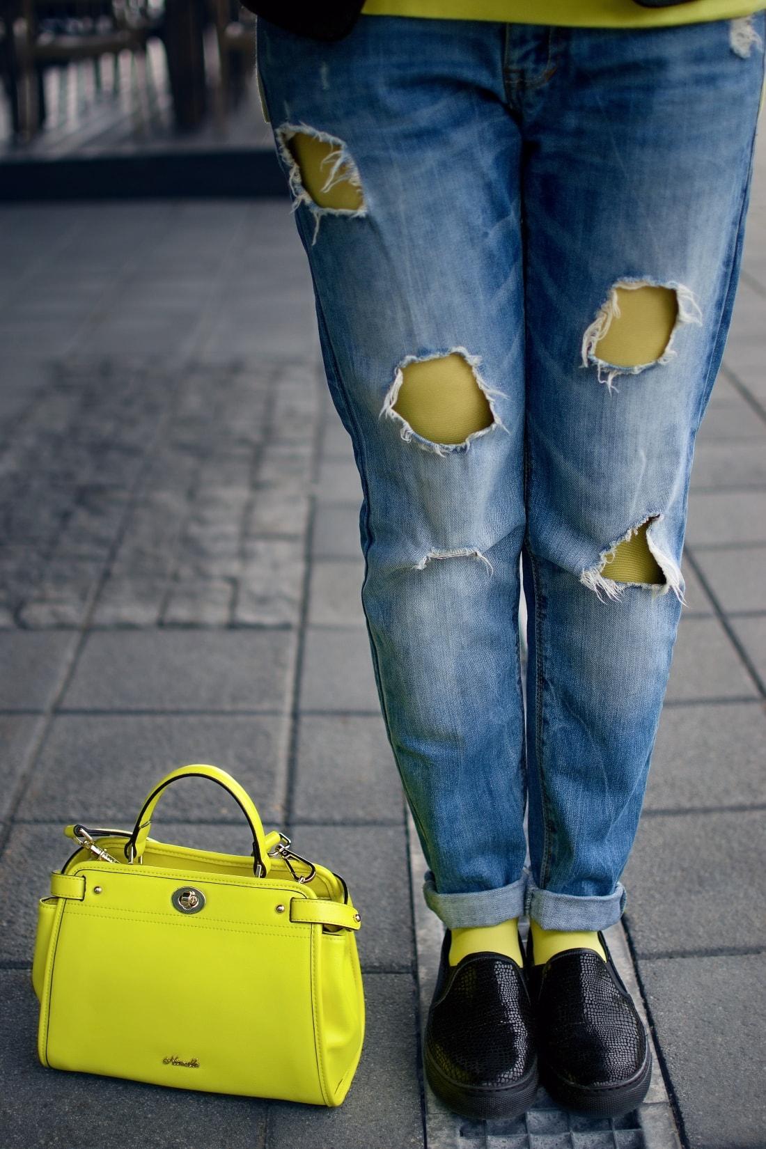 I LOVE COLOURED TIGHTS_Katharine-fashion is beautiful_blog 6_autumn look_Ripped jeans_Žltý sveter Zara_Žltá kabelka Nucelle_Čierne slipony Eobuv_Katarína Jakubčová_Fashion blogger